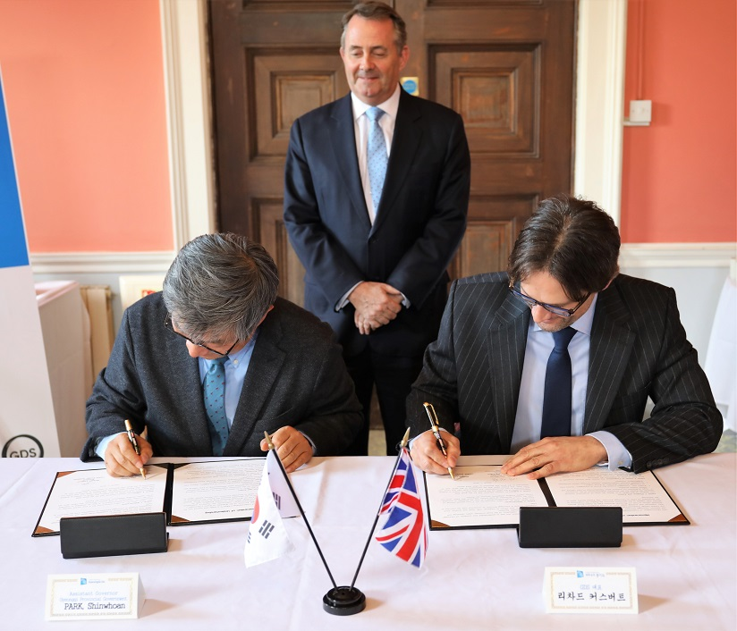 MoU signing between Mr Shin Whoan Park and Richard Cuthbert